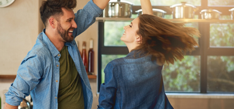 Relatiehumor – Hoe samen lachen je relatie levend kan houden